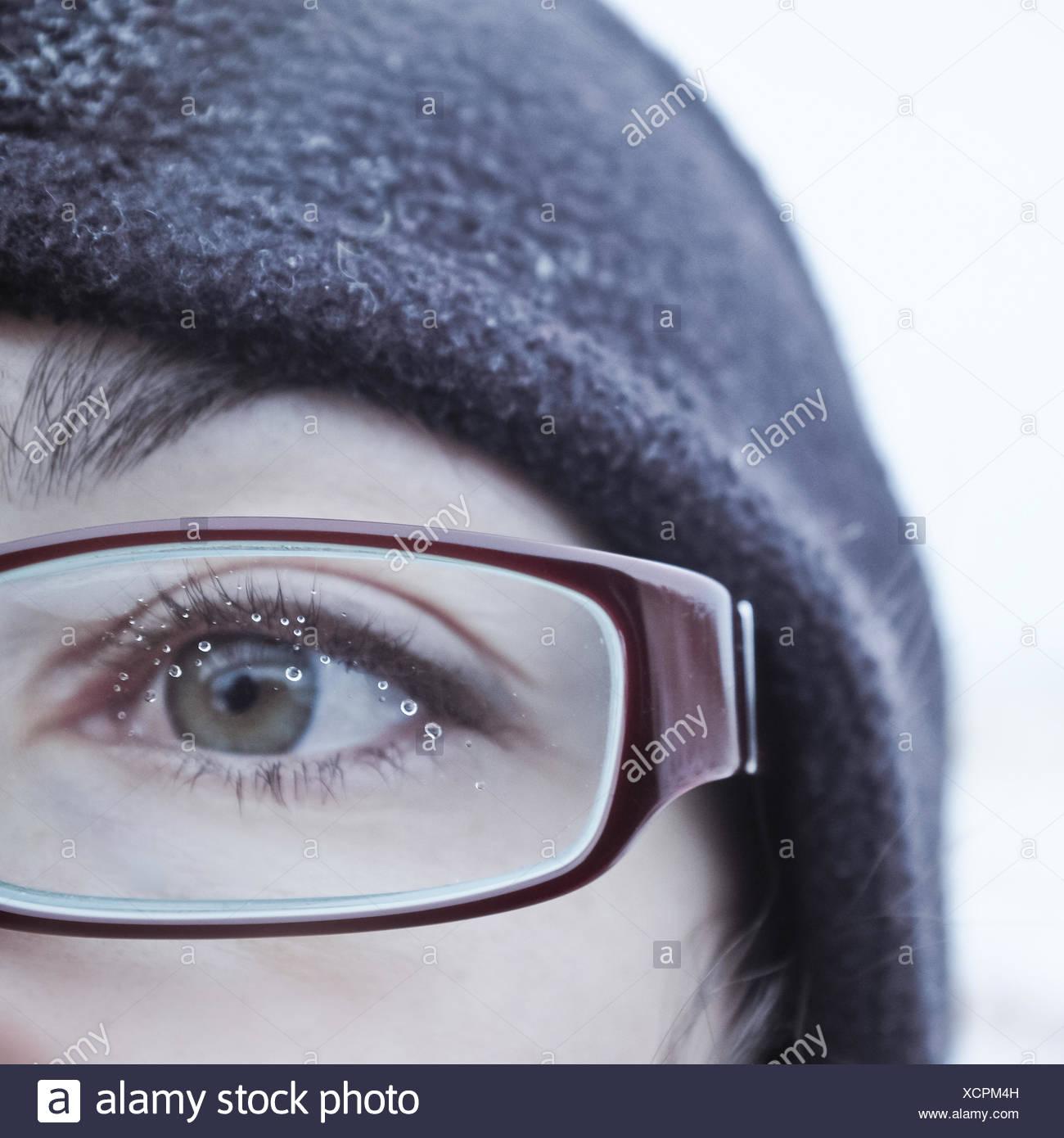 Gouttes d'eau sur une femme de verres de lunettes Photo Stock