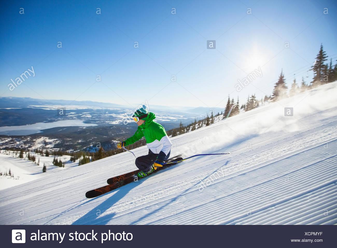 Homme mûr sur la pente de ski au soleil Photo Stock