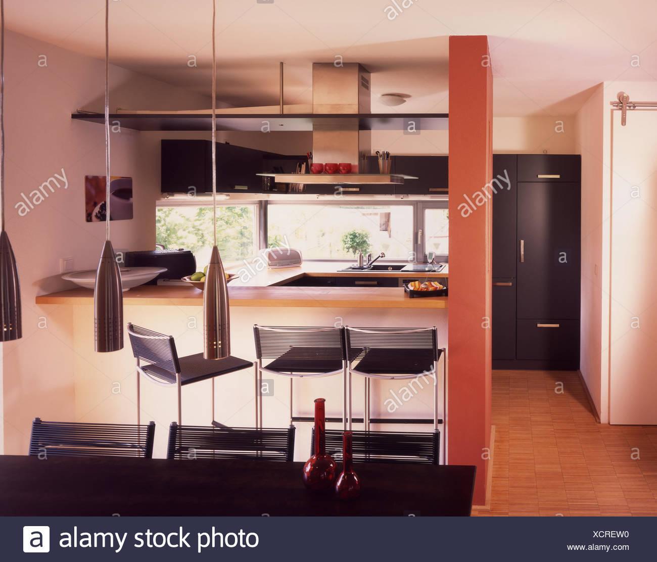 Tourné de l\'intérieur, la cuisine, table à manger ...
