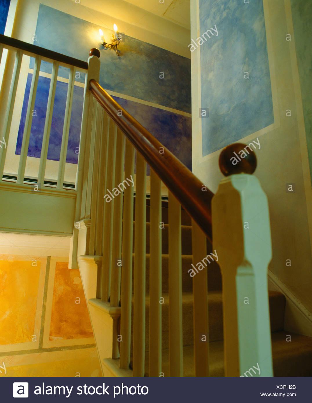 Rampe D Escalier Murale Bois rampes d'escalier traditionnel en bois sur banque d'images