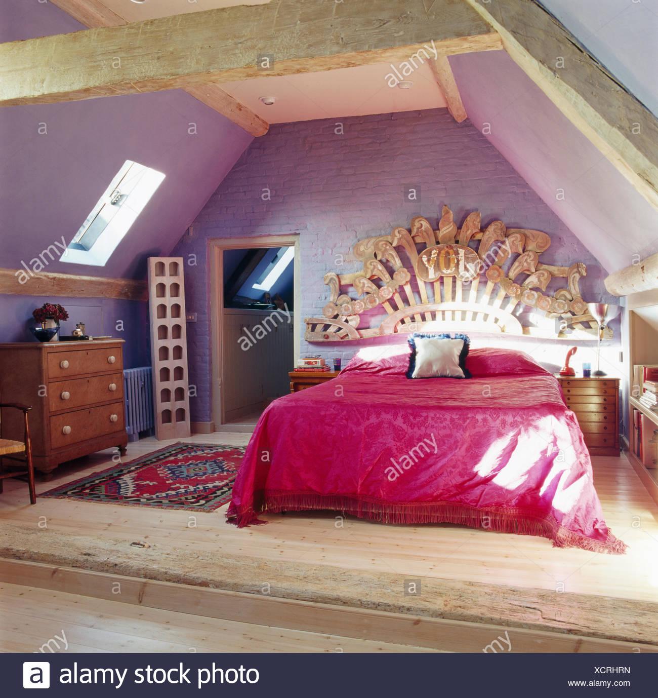 Grande sculpture en bois au-dessus de lit avec couvre-lit ...