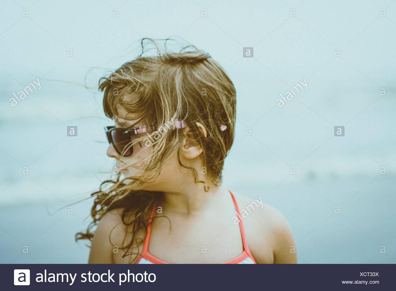 Portrait of Girl (4-5) avec les cheveux blonds balayés par le port de lunettes de soleil Photo Stock