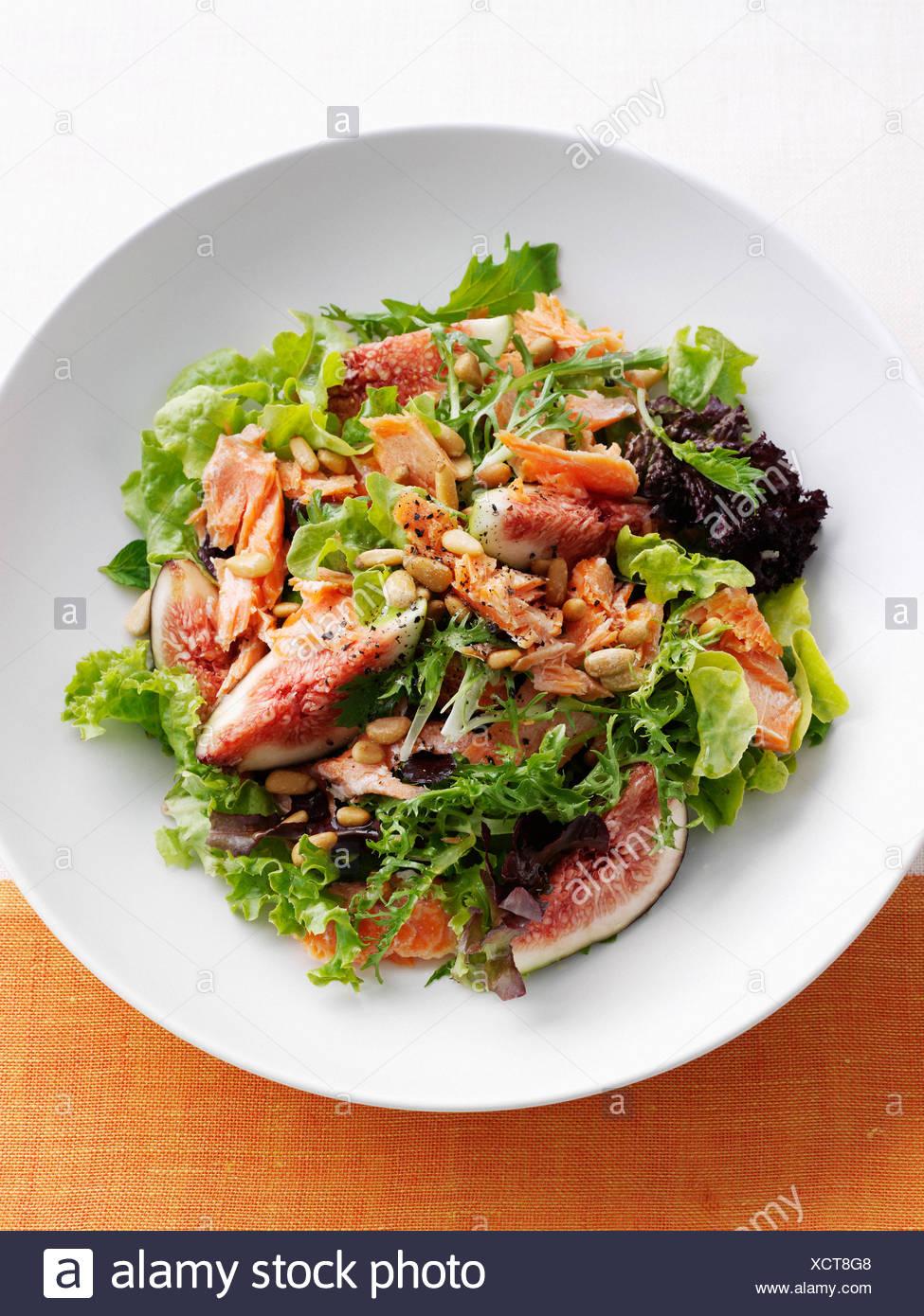 Assiette de poisson et salade de figues Photo Stock