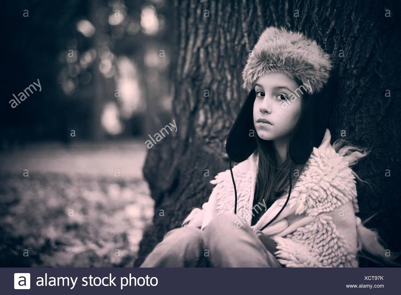 Sad girl appuyé contre un arbre Photo Stock