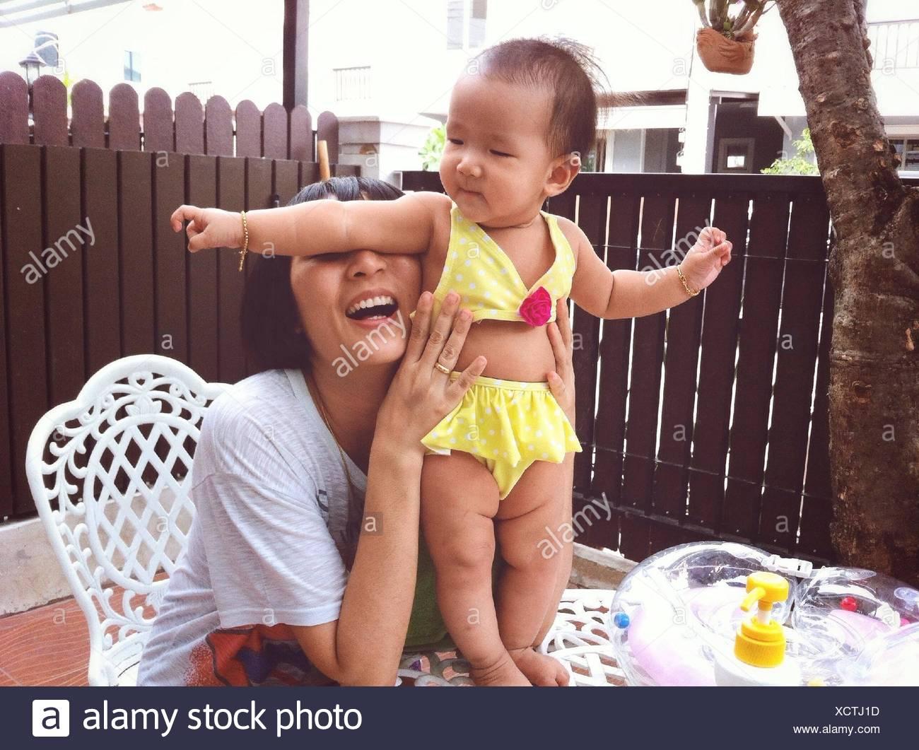 Mère jouant avec son bébé Photo Stock