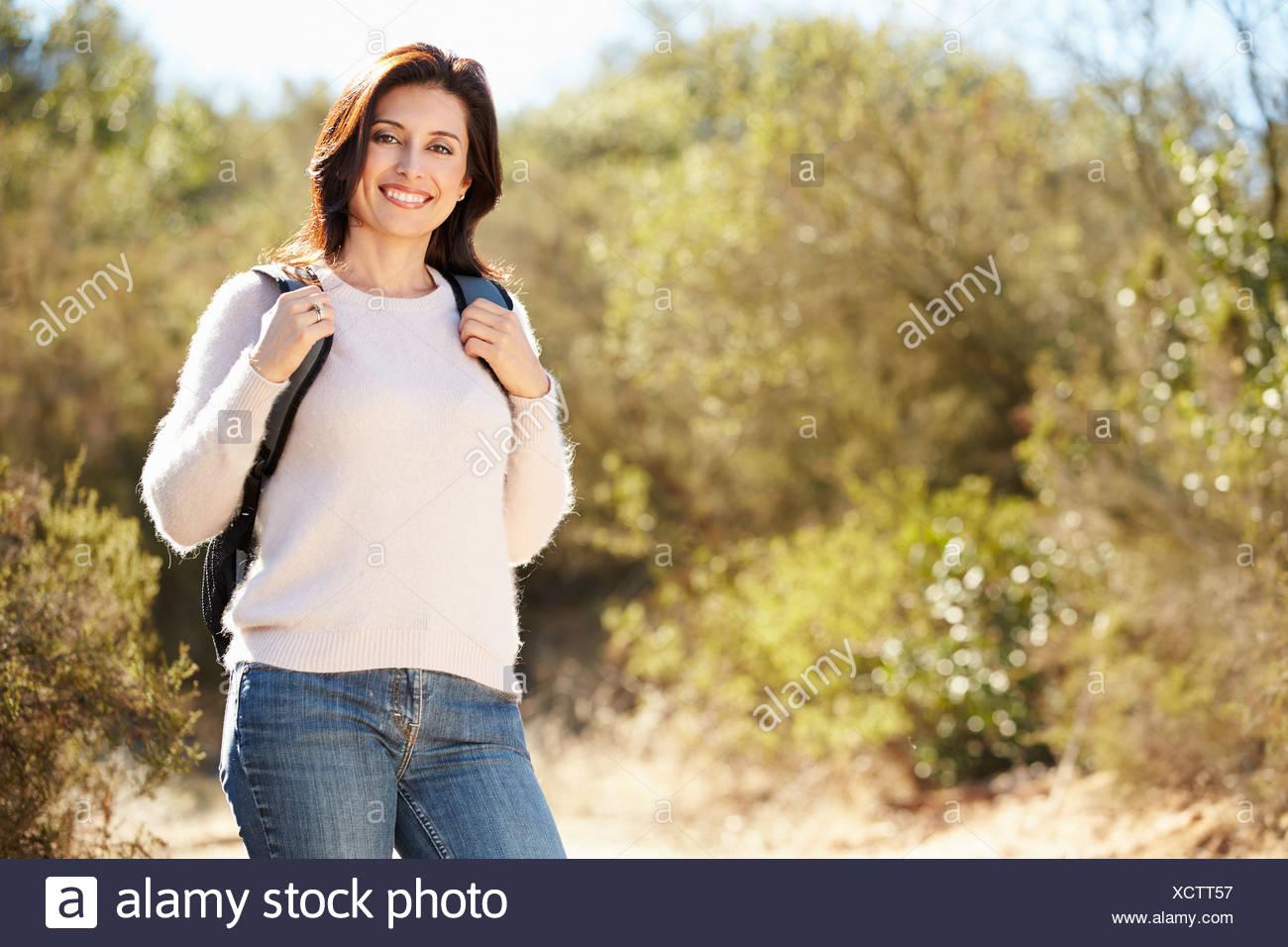 Portrait de femme en sac à dos de randonnée campagne portant Photo Stock