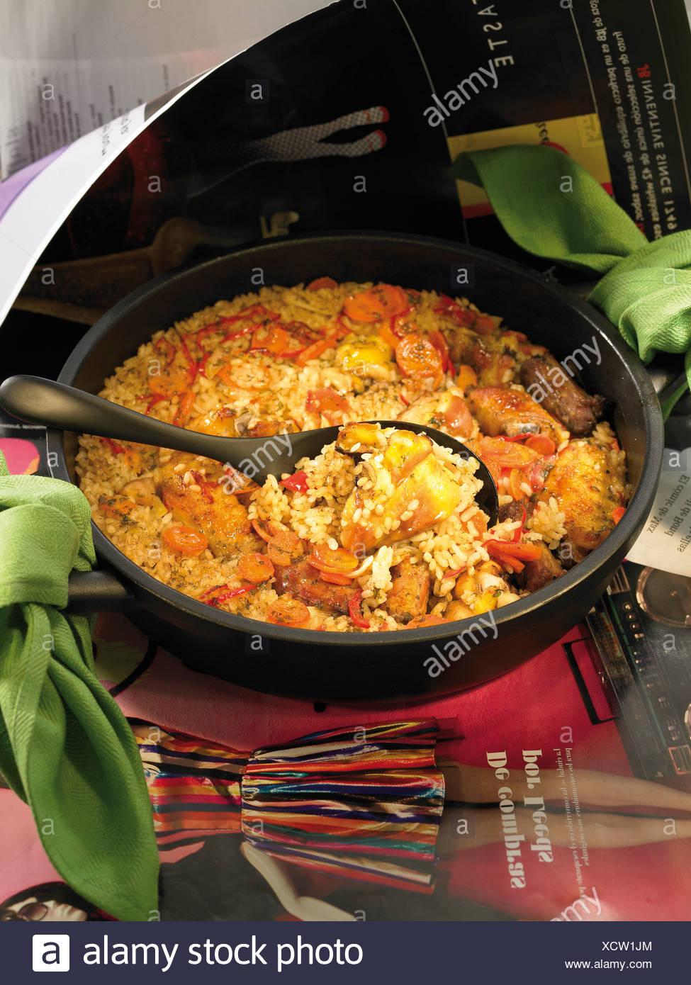 Le riz du pauvre avec des carottes, saucisses et poulet Photo Stock