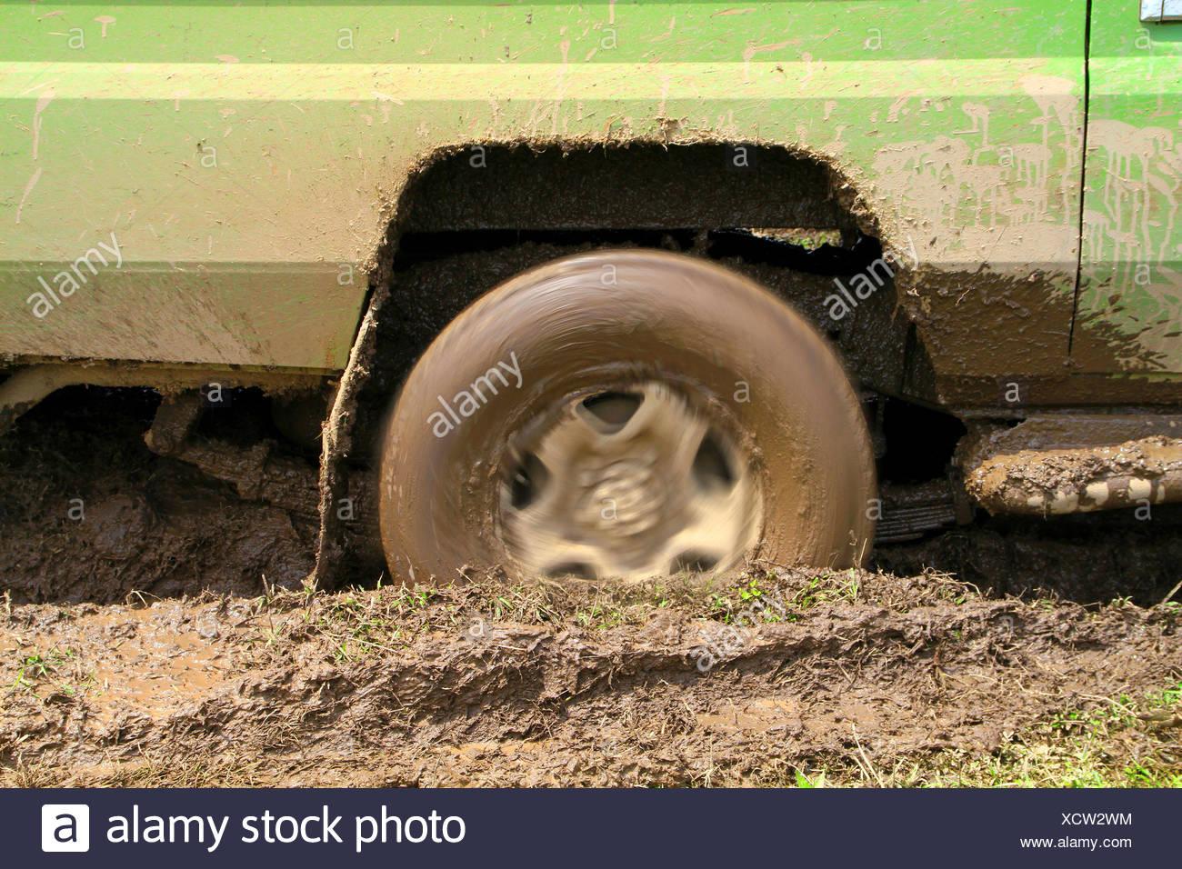 La roue tournante d'un safari location de coller dans la boue, la Tanzanie, le Parc National du Serengeti Photo Stock