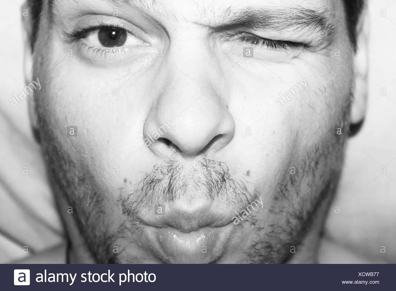Portrait d'un homme avec un oeil fermé Photo Stock