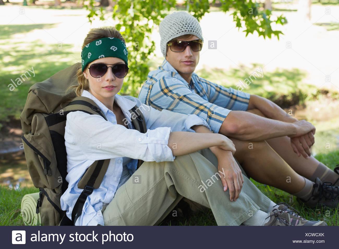Couple actif assis sur une randonnée looking at camera Banque D'Images