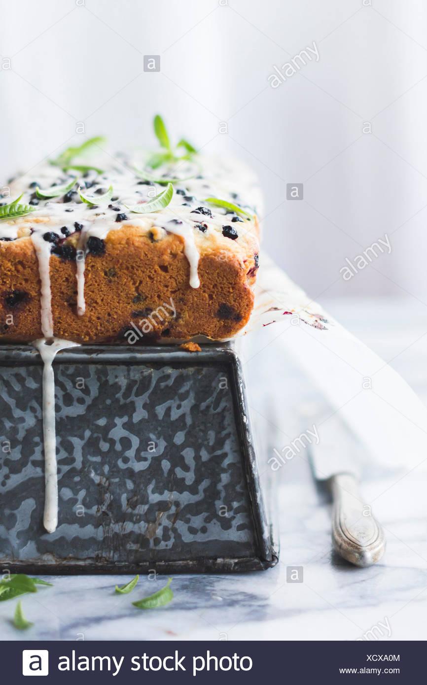 Berry cake glacé à la verveine feuilles Photo Stock