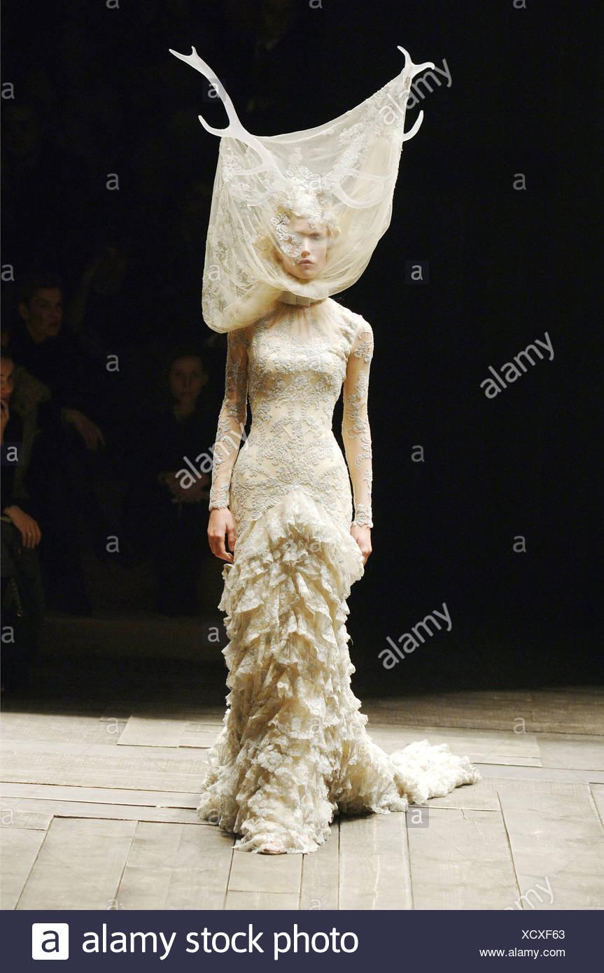 49e187deb139 Alexander Mcqueen Prêt à Porter Paris UN W Blonde female model Raquel  Zimmermann portant une robe froissée dentelle crème un cervidé