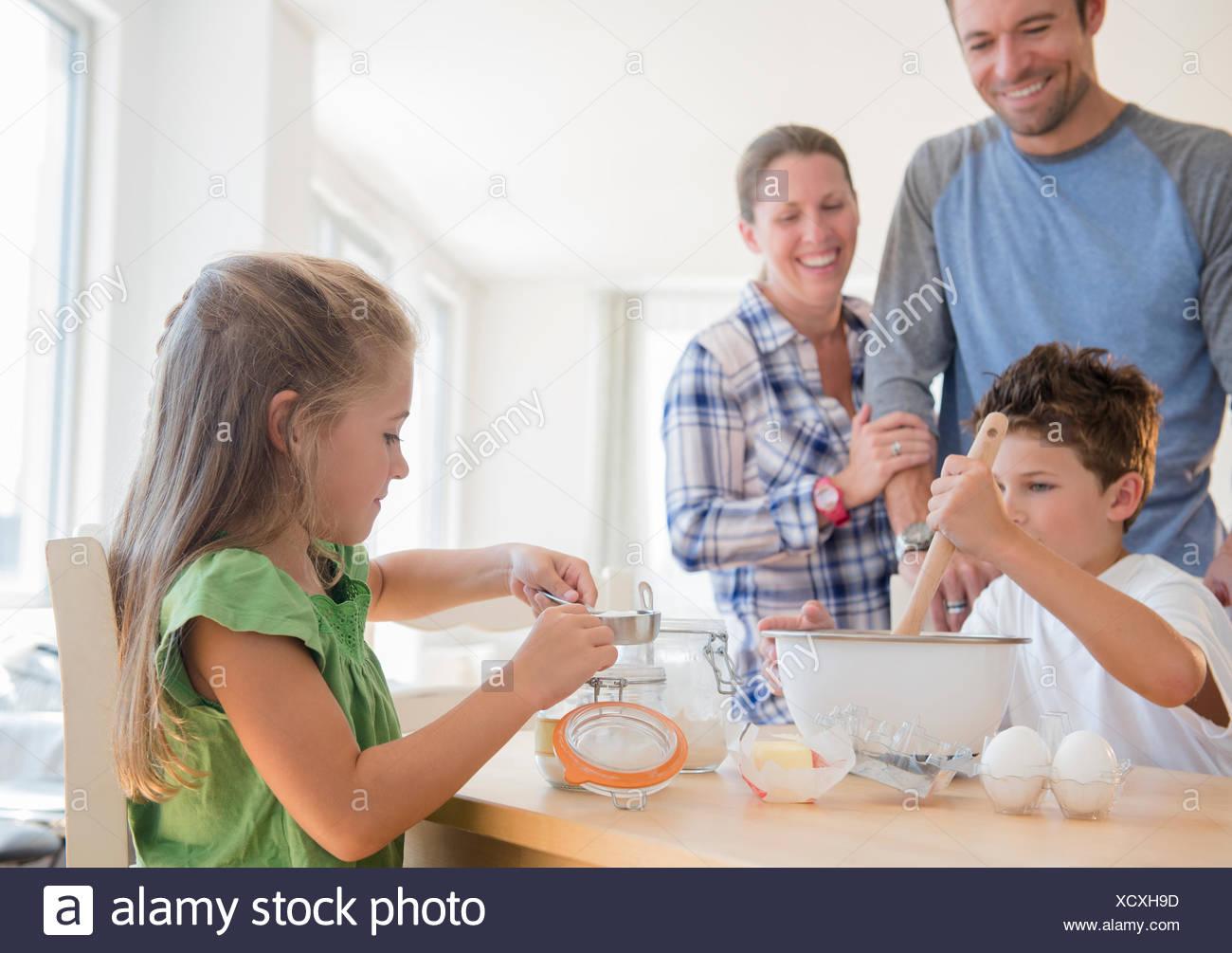 Famille avec deux enfants (6-7, 8-9) la préparation des aliments Photo Stock