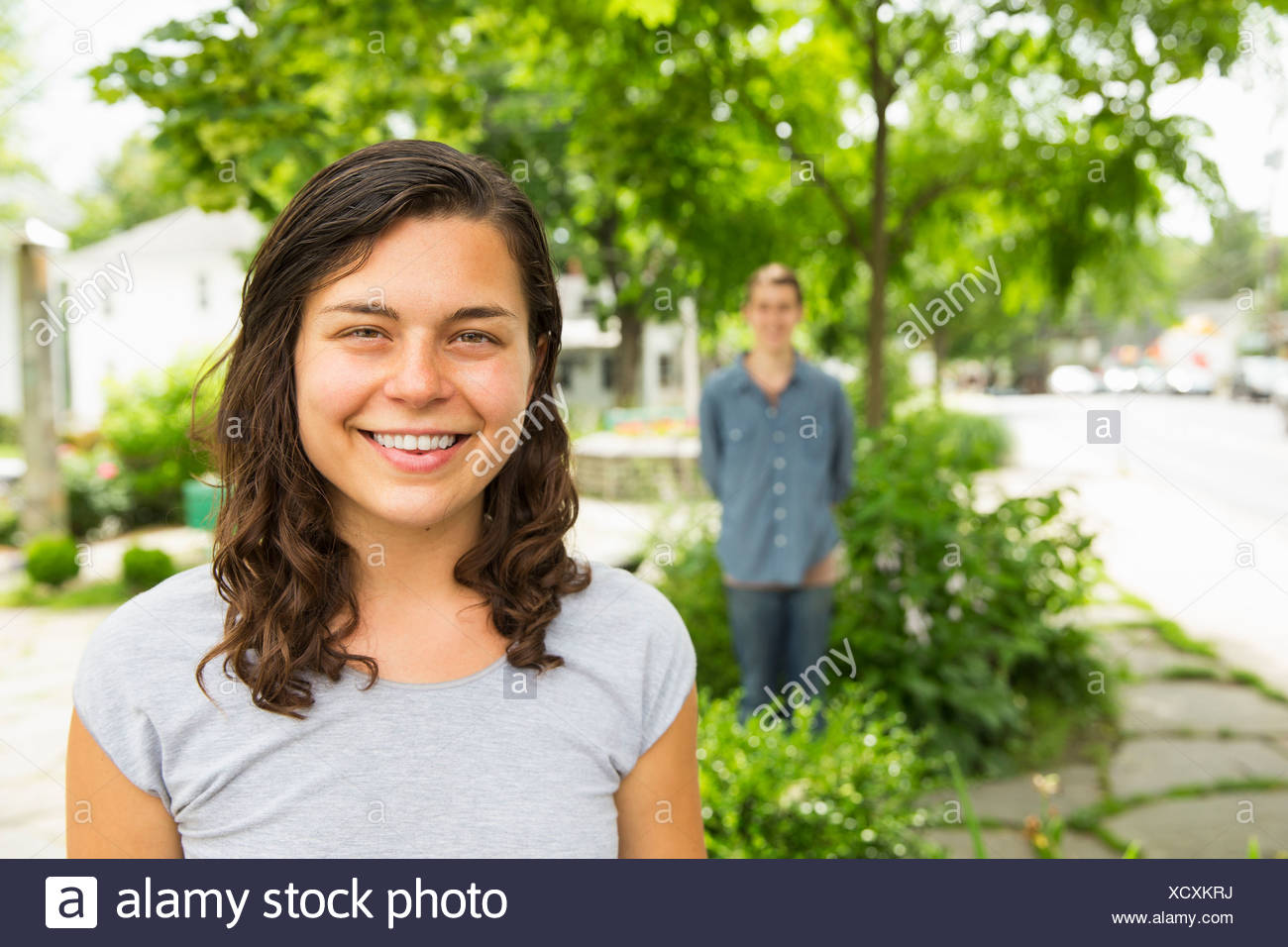 Une jeune fille dans le premier plan avec une femme adulte à la recherche sur. Photo Stock