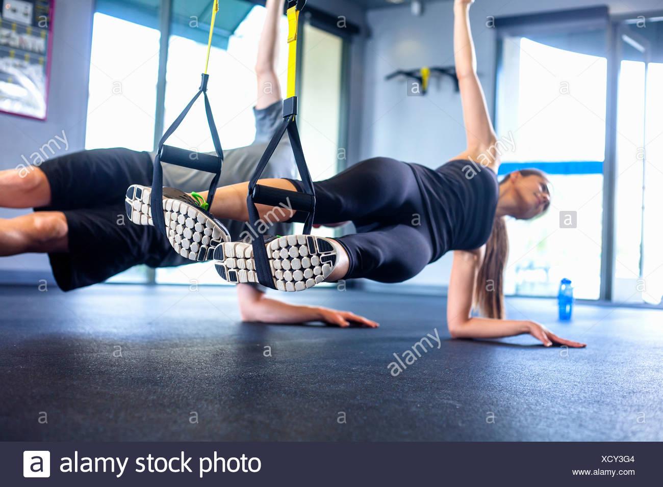 Couple planche latérale exercice Photo Stock