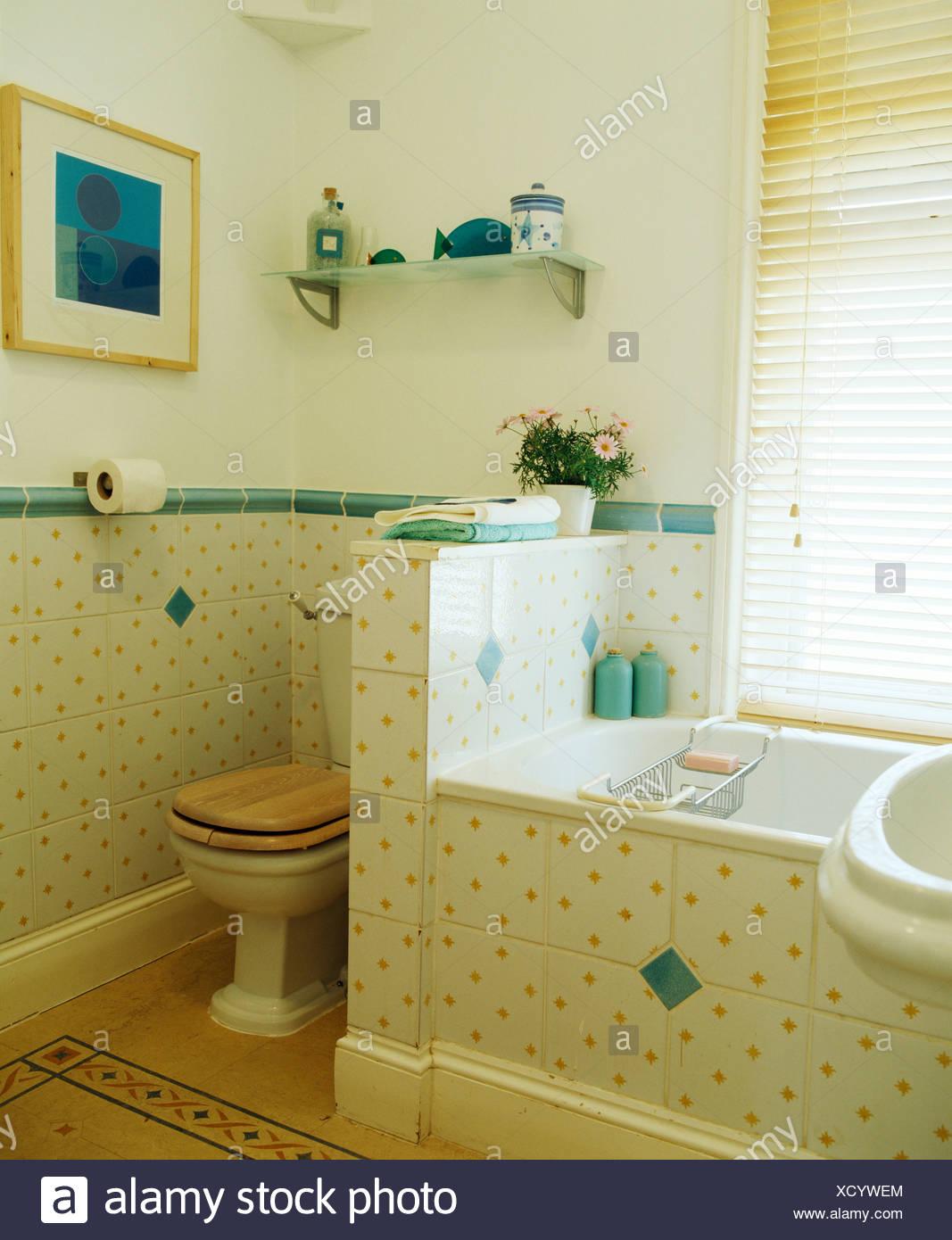 Les carreaux de mur tacheté jaune avec bordure en carrelage vert ...