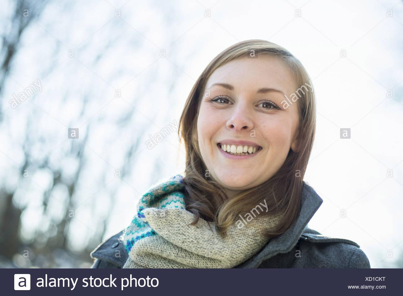Une jeune femme dans un foulard et enduire l'extérieur par une journée d'hiver Photo Stock