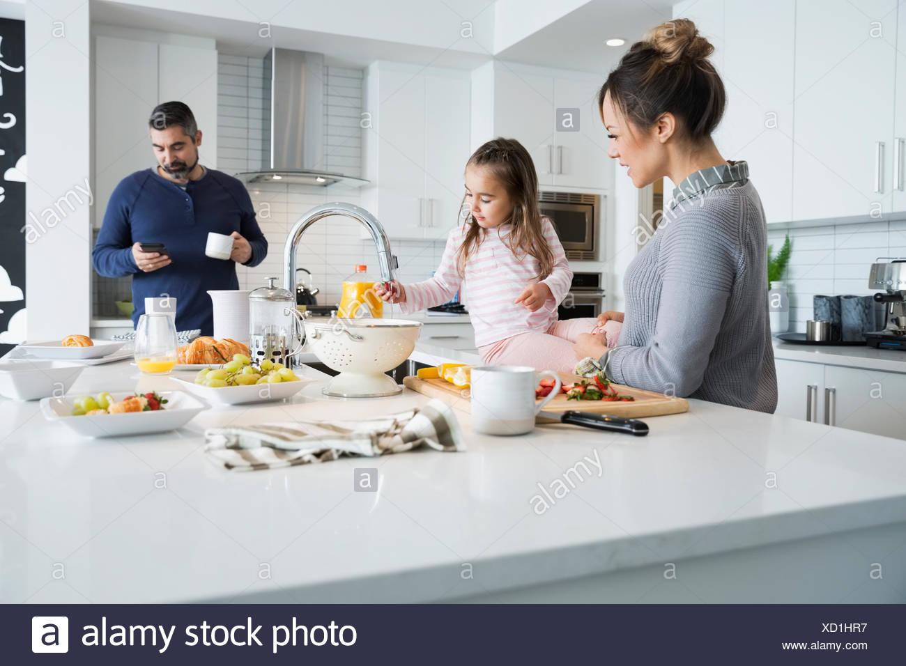 Famille préparer le petit-déjeuner dans la cuisine du matin Photo Stock