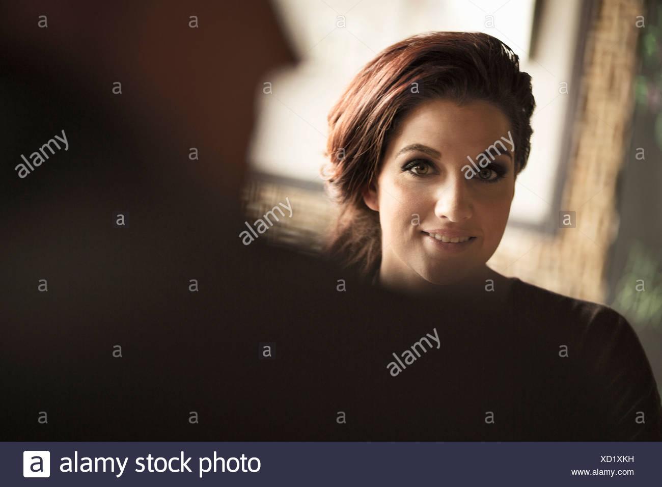 Businesswoman et collègue partager un verre au bar à vin Photo Stock