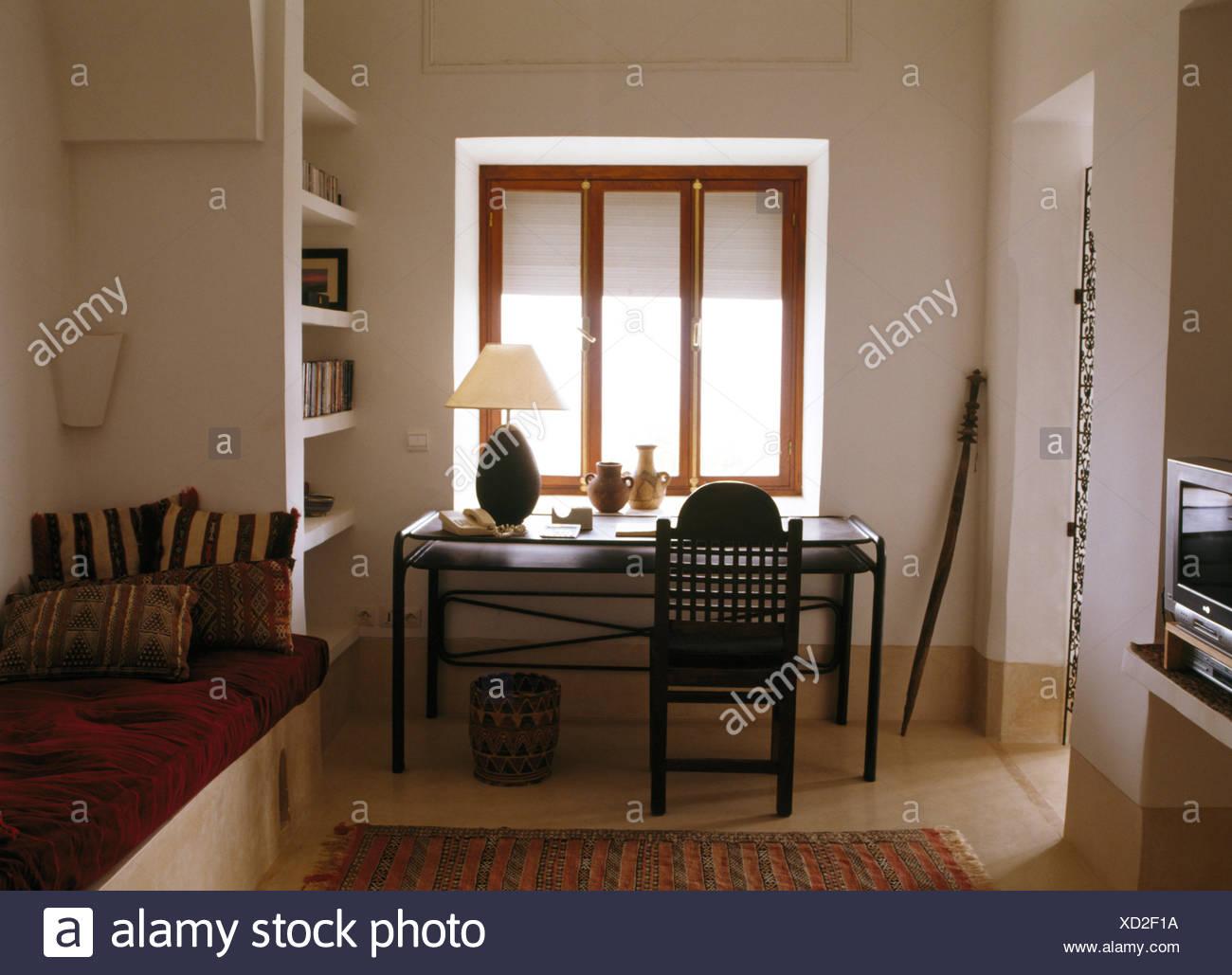 Chaise avec dos ajouré simple au bureau noir en marocain moderne