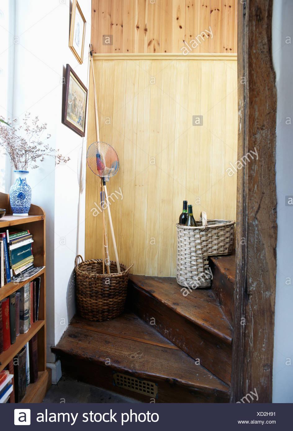 Escalier En Bois Avec Rangement panier de rangement en osier sur la vieille maison en bois