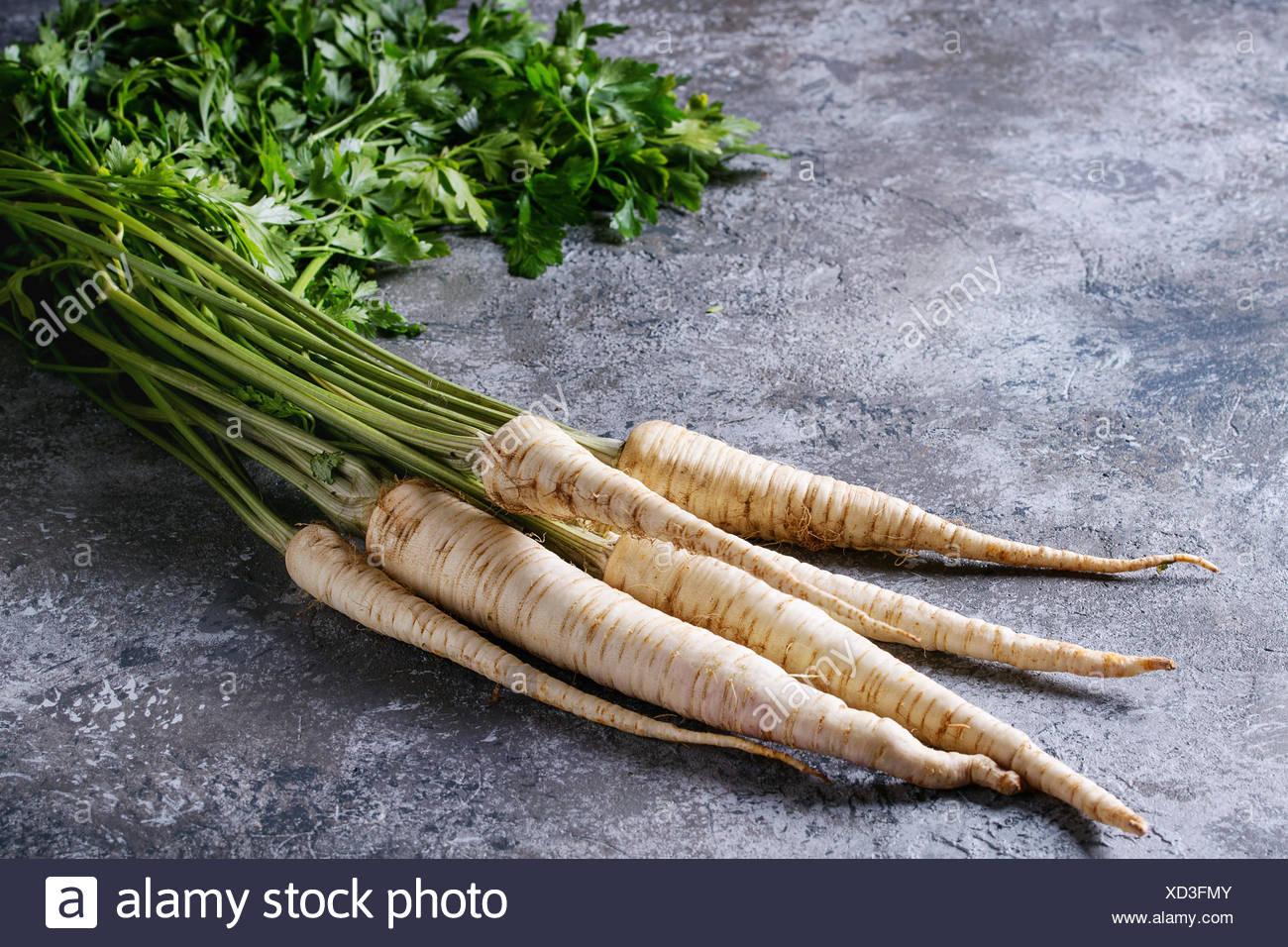 Offre groupée de produits frais bio radis fanes avec plus de texture background gris. Photo Stock