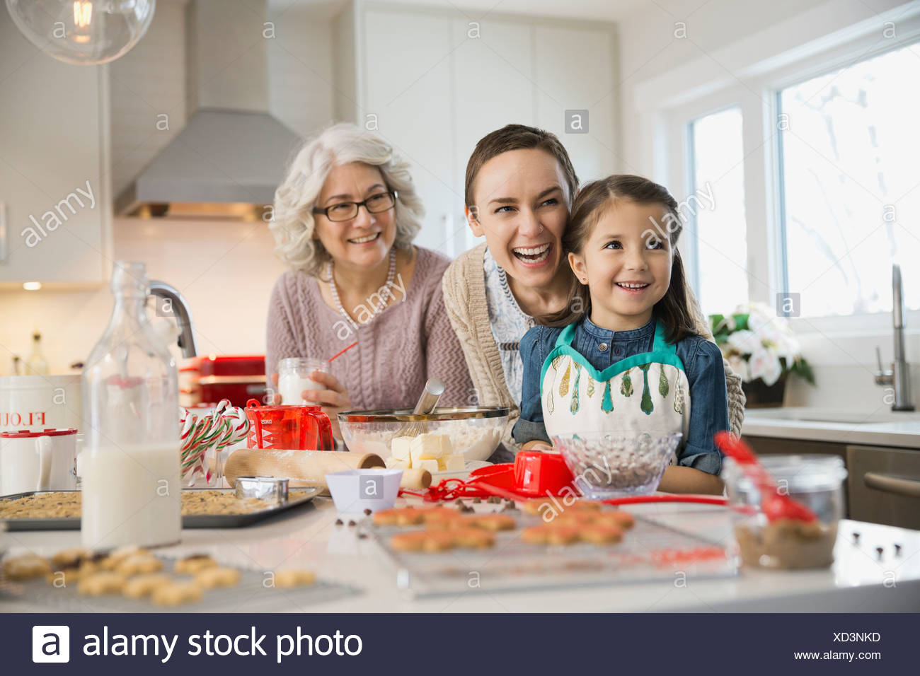 Three generation family baking cookies during Christmas Banque D'Images