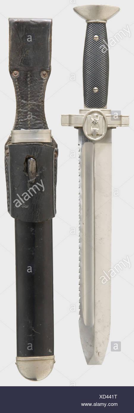 Un dagger DRK, pour le personnel non-officier avec une lame dentelée marquée 'Ges. Gesch.'. Poignée noire en bakélite, blindage en métal avec insigne DRK, grenouille en cuir noire endommagée. Longueur 40 cm. Historique, historique, 1930, 1930, XXe siècle, throuing, thrustins, portable, arme de mêlée, armes de mêlée, lame, arme, bras, armes, bras, objets, photos, coupures, coupures, découpe, découpe, découpe, découpes, Banque D'Images