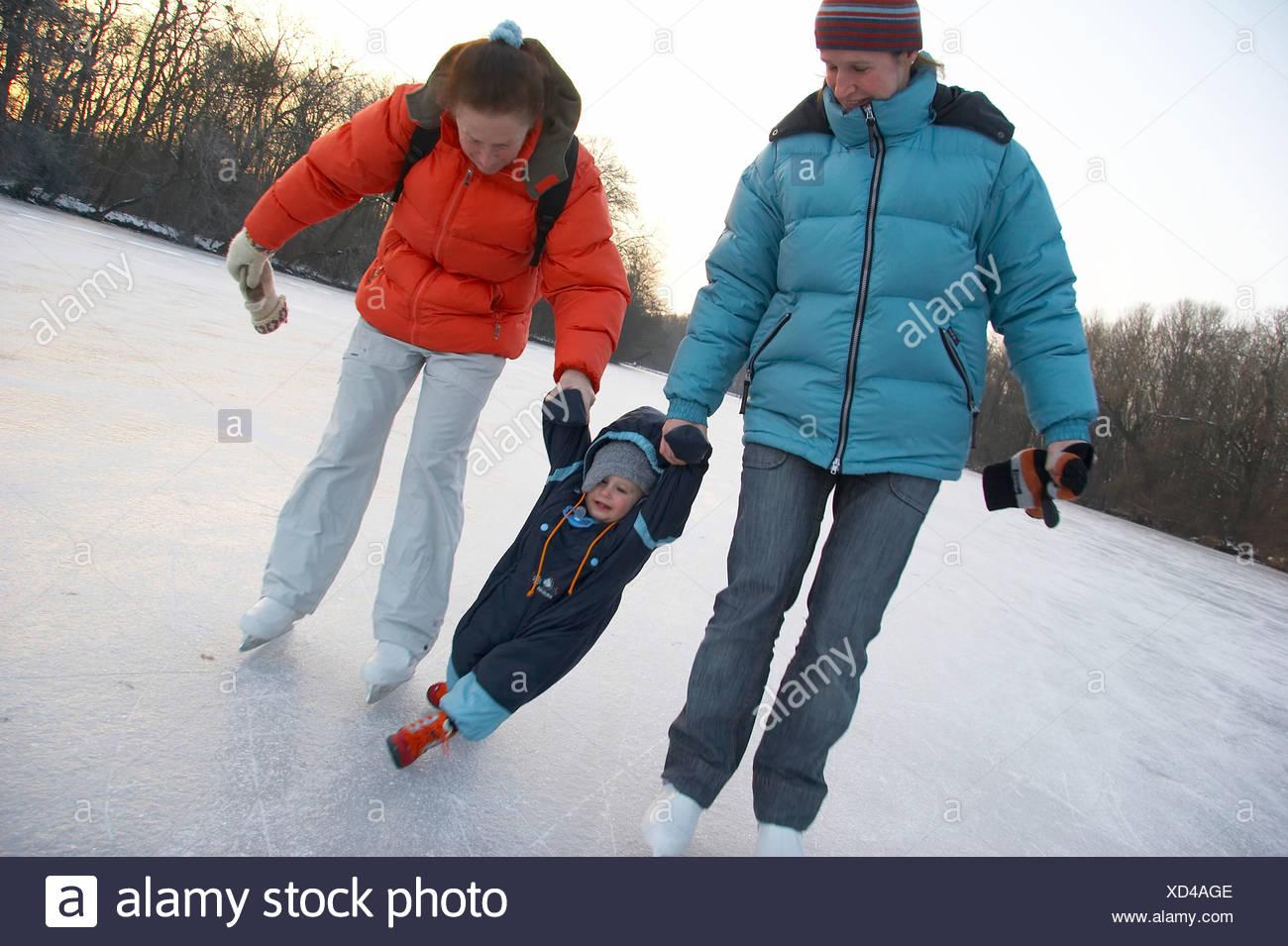 nouvelle arrivee 0f765 9fbd4 Patin à glace avec bébé Banque D'Images, Photo Stock ...