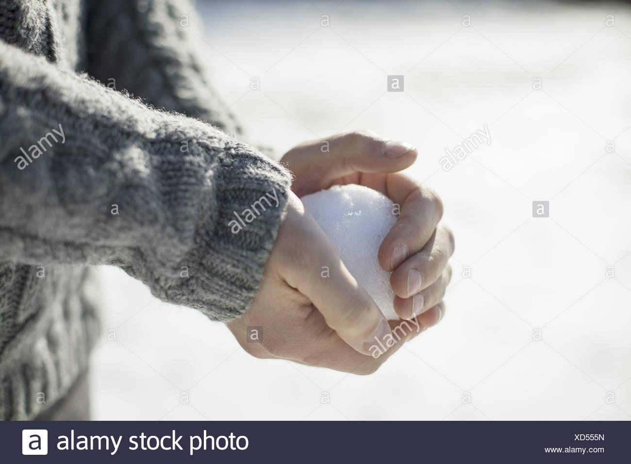Un homme tenant une boule de grande taille dans ses mains nues. Photo Stock