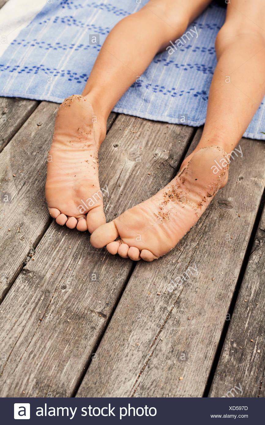 La Suède, l'Uppland, Runmaro Barrskar, vue, de Boy's (6-7) les pieds nus Photo Stock