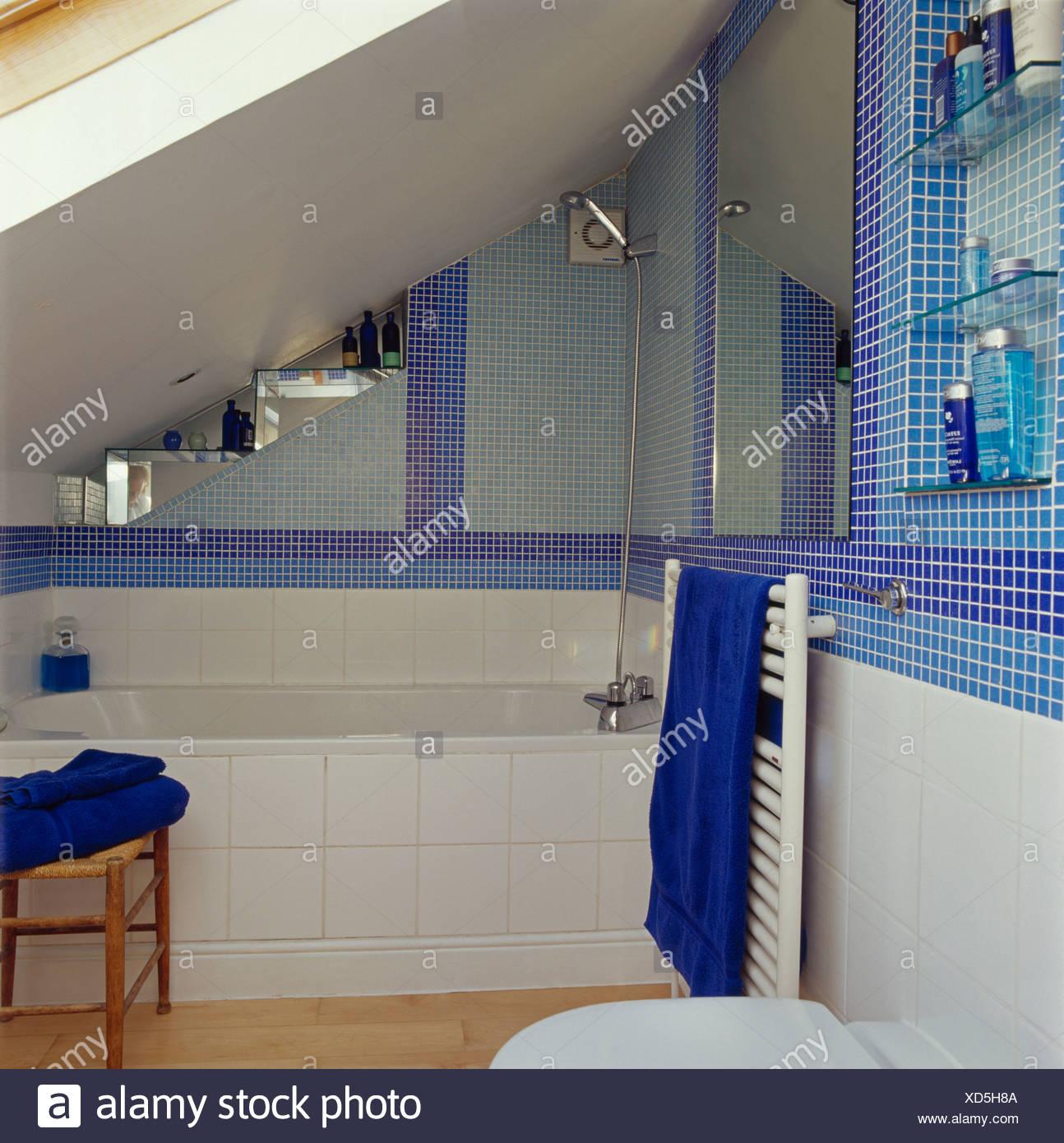 Carreaux de mosaïque en bleu petit grenier salle de bains avec ...