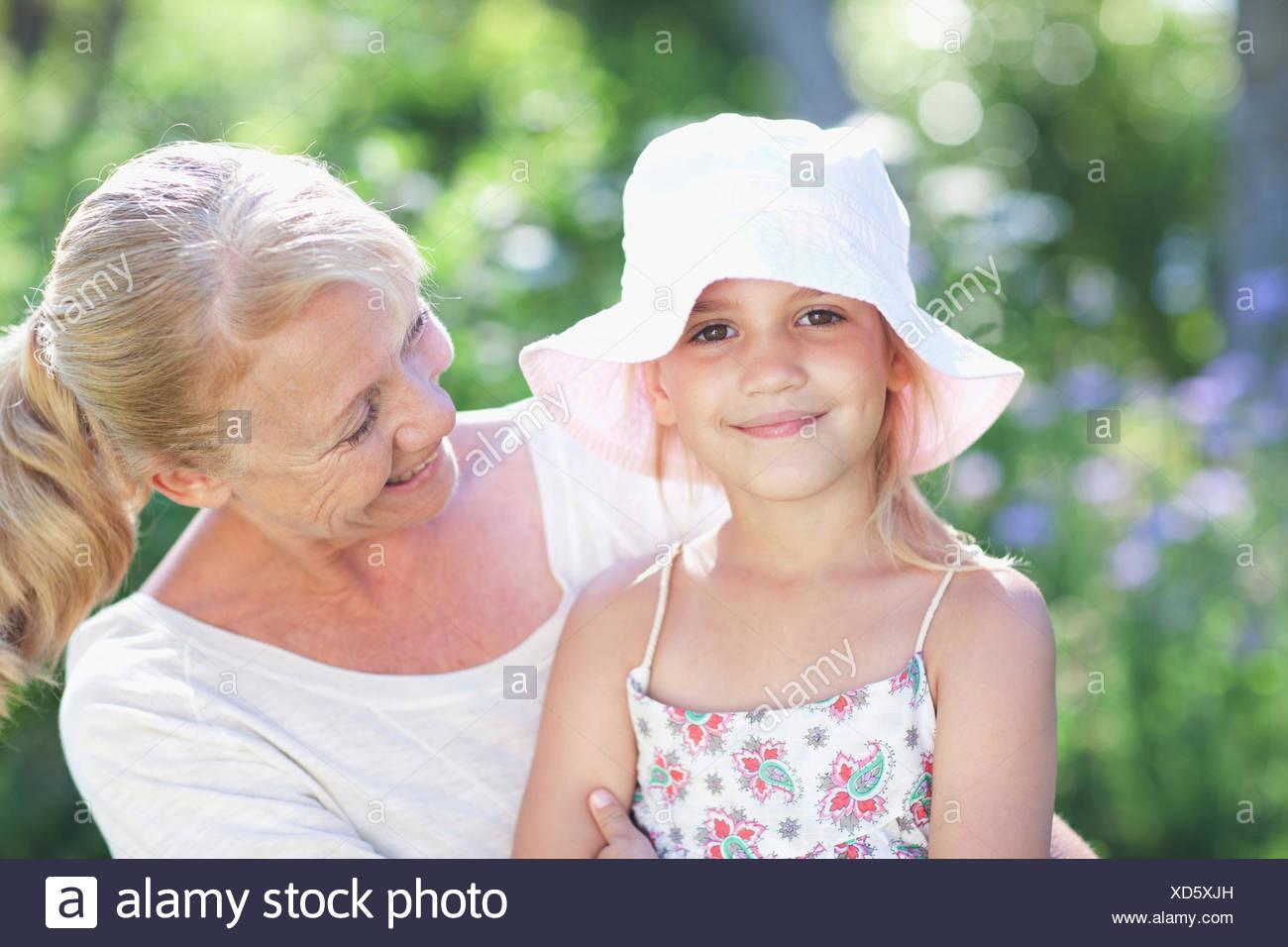 Grand-mère et sa petite-fille à l'extérieur Photo Stock
