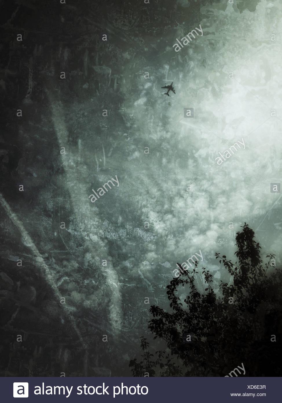 UK, Londres, vol d'un avion par moody skies Photo Stock