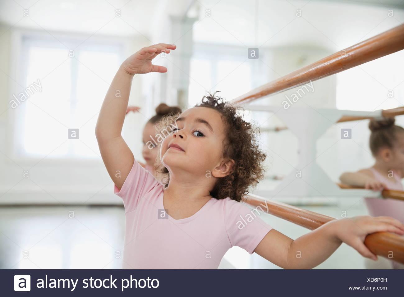 Portrait of Girl practicing ballet avec ami in ballet studio Photo Stock