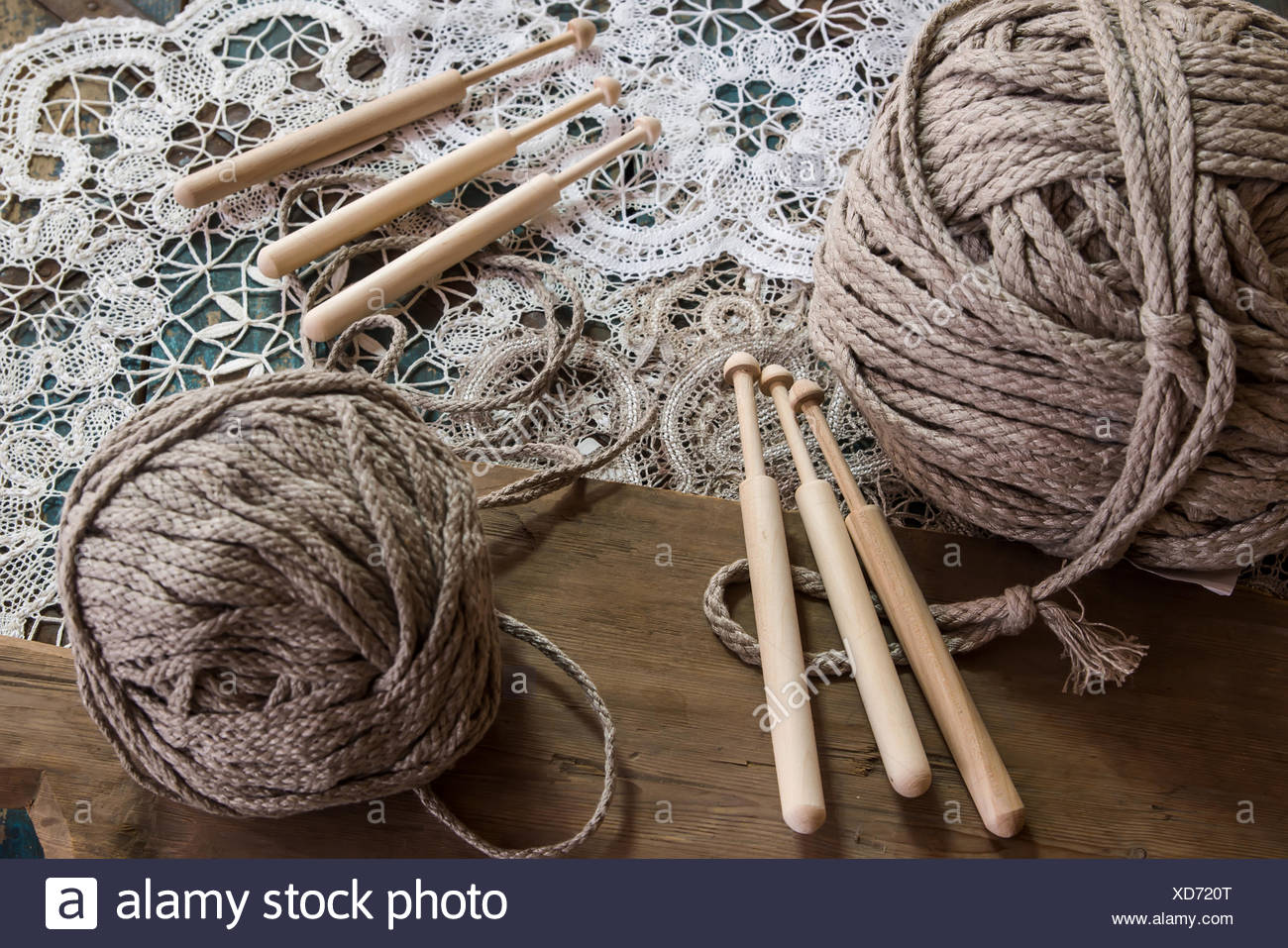 Dentelle avec une pelote de laine Photo Stock