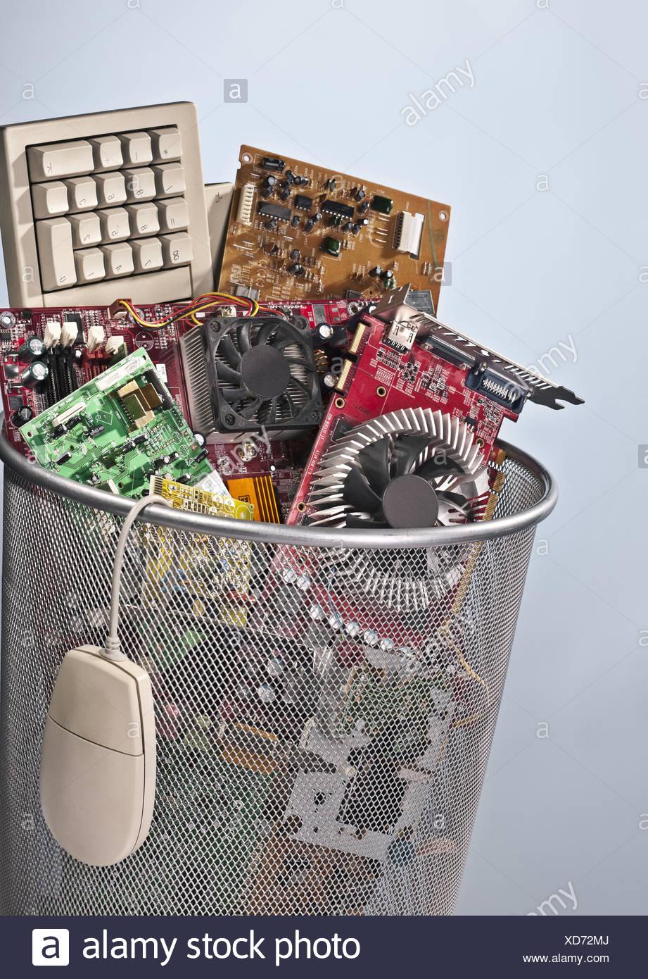 Corbeille à papier plein de déchets électroniques Photo Stock