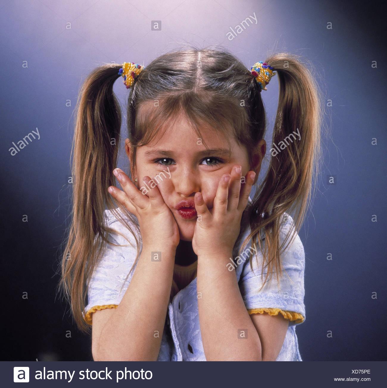 Les Filles Tresses Geste Mains Regarder Portrait Enfants