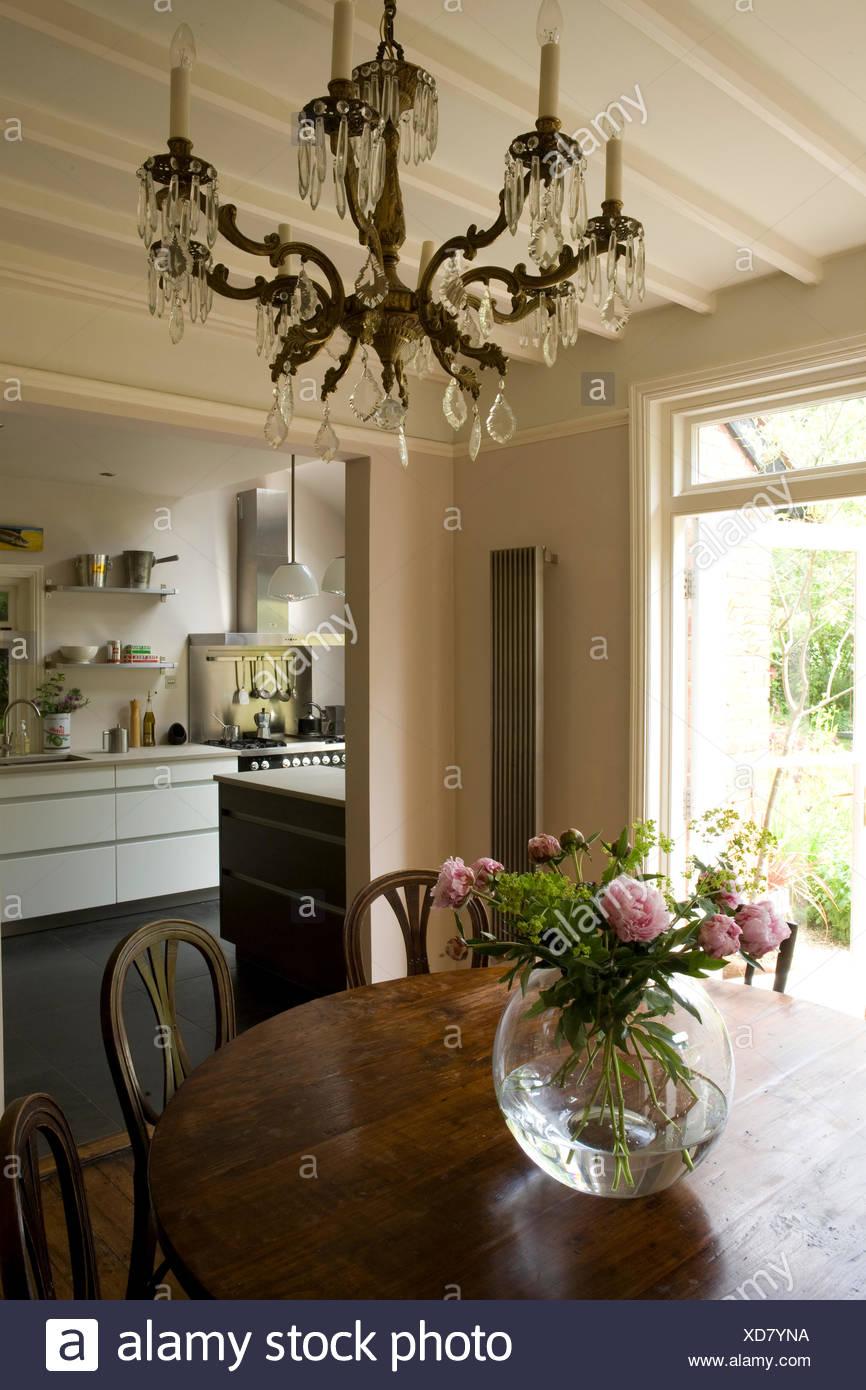 Table Ancienne Avec Chandelier Vase De Pivoines Rose Dans La