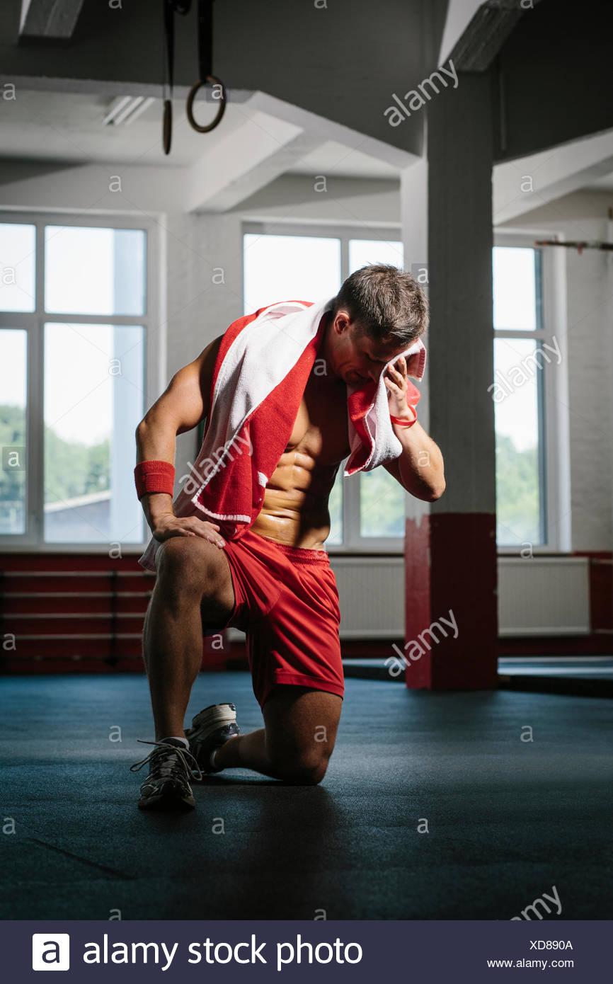 Homme essuyant la sueur après formation Fitness Goup Photo Stock