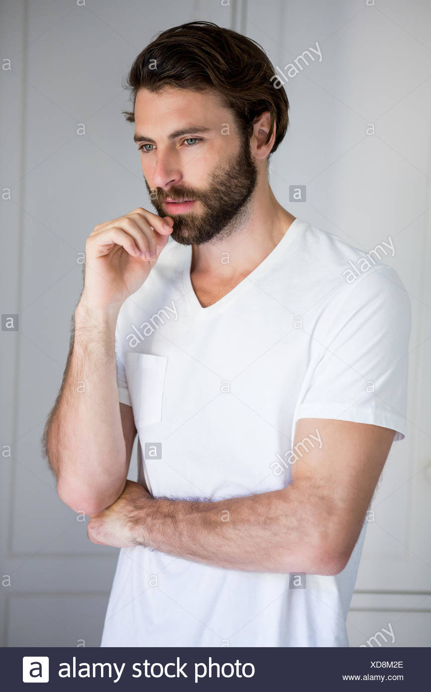 Homme debout tendue dans la chambre Photo Stock