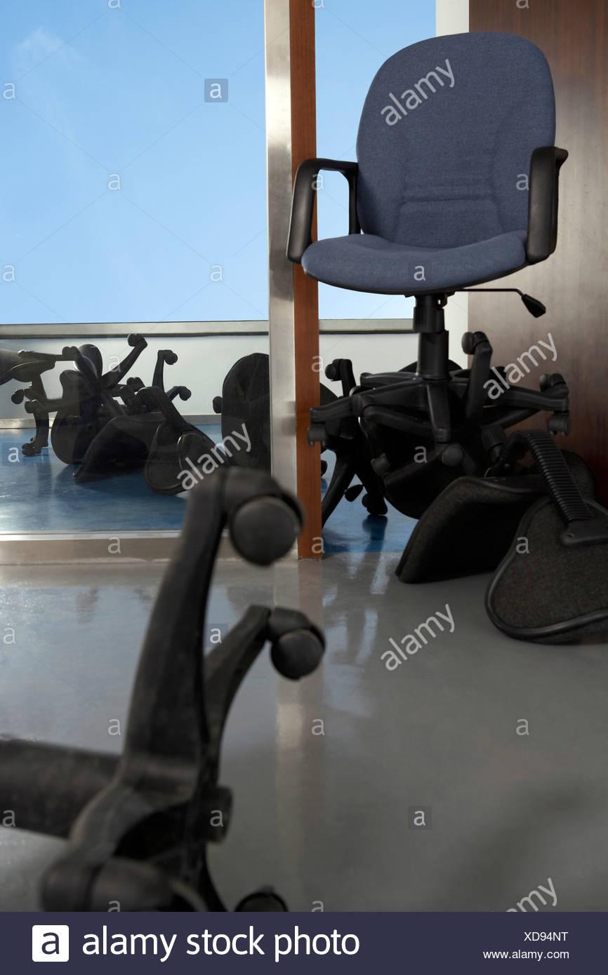 de chaises chaise gris sur de le de dessus bureau bureau Une reBxWCod