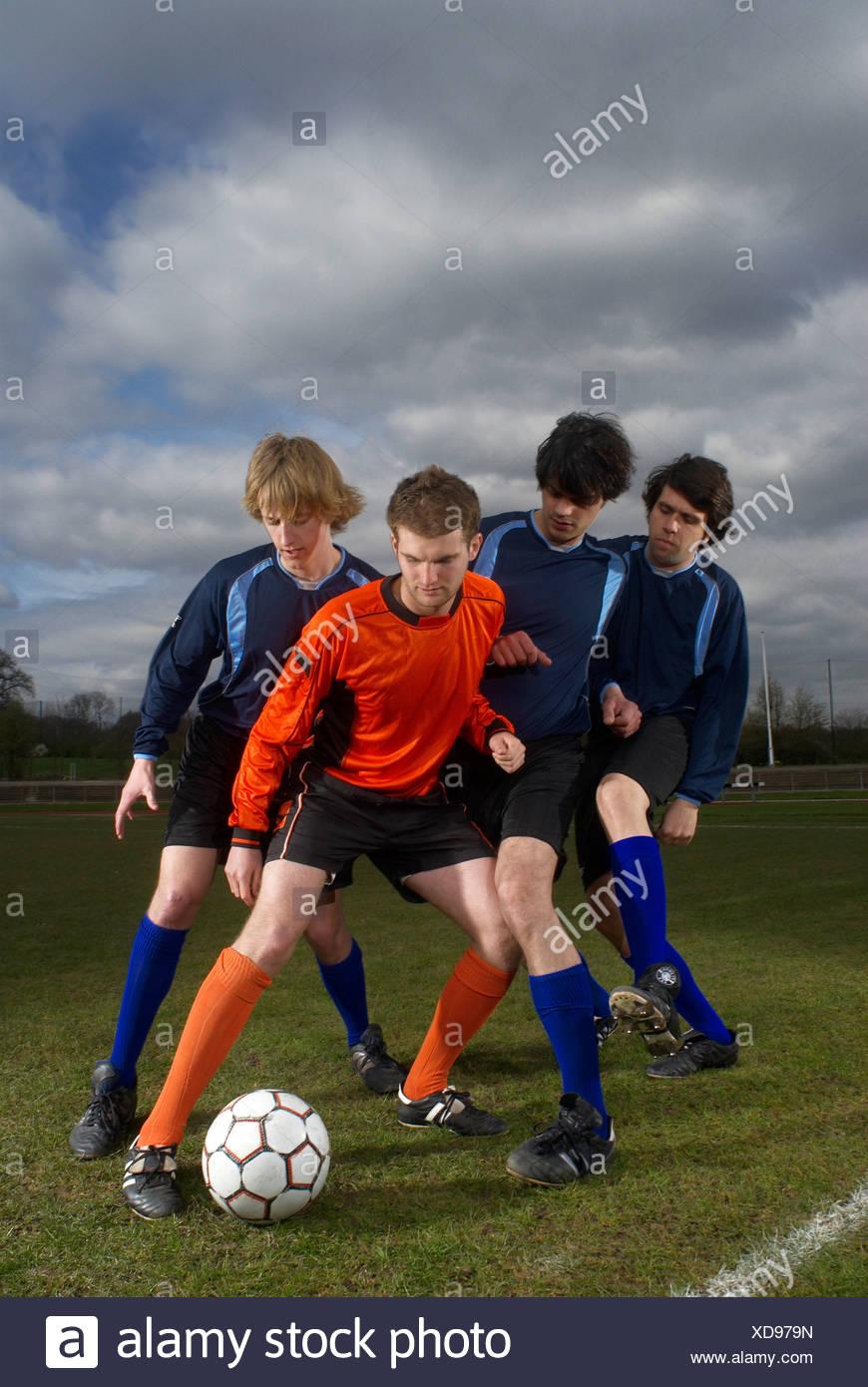 Entouré d'opposition footballeur Photo Stock