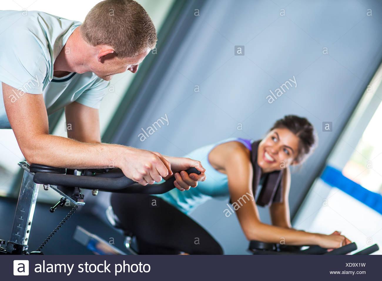 Couple sur machine à vélo Photo Stock