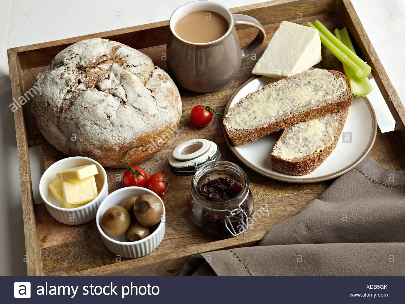 Plateau de petit-déjeuner de pain, confiture et café Photo Stock