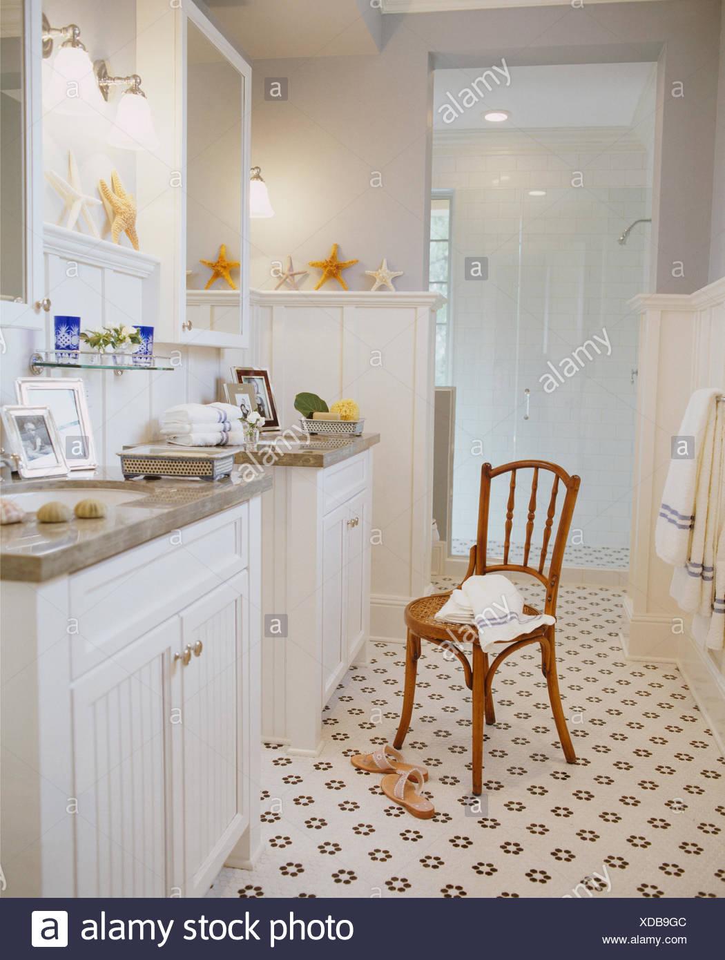 Parquet Ancien Dans Salle De Bain ~ chaise en bois ancien en blanc salle de bains avec parquet motifs