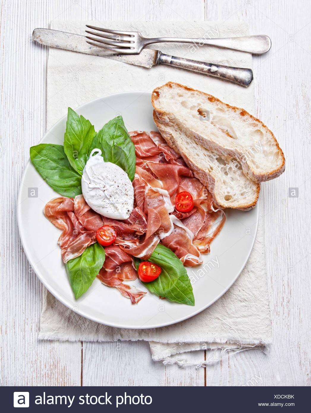 Salade de jambon avec œuf poché Photo Stock