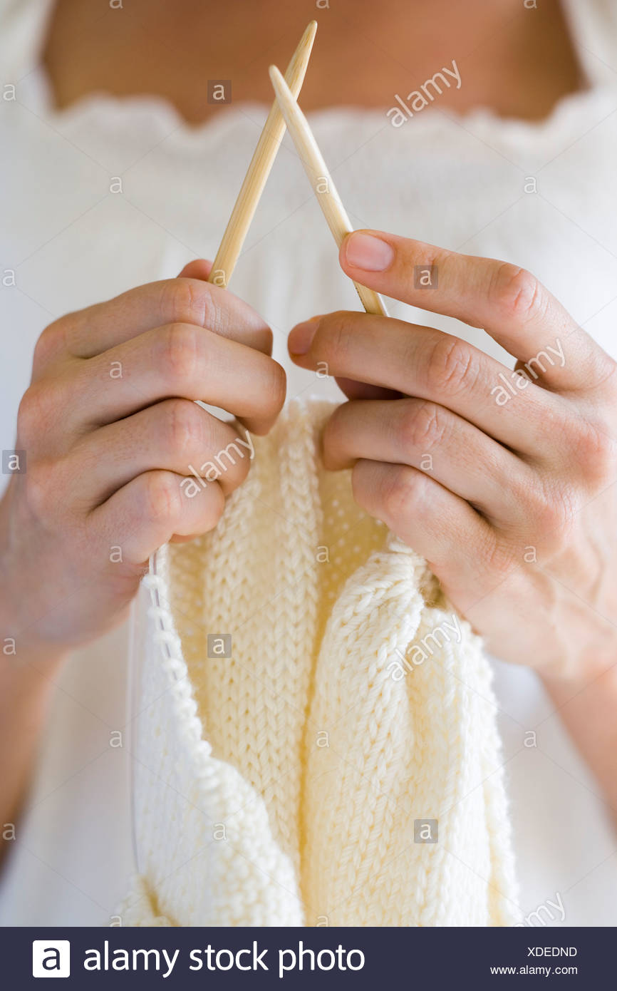 femme tricotant. Photo Stock