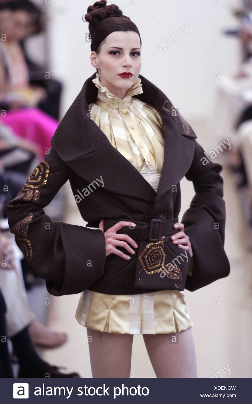 Torente Paris haute couture automne hiver cheveux brune modèle empilé sur  le port de tête plissée 1df8b8a5f24