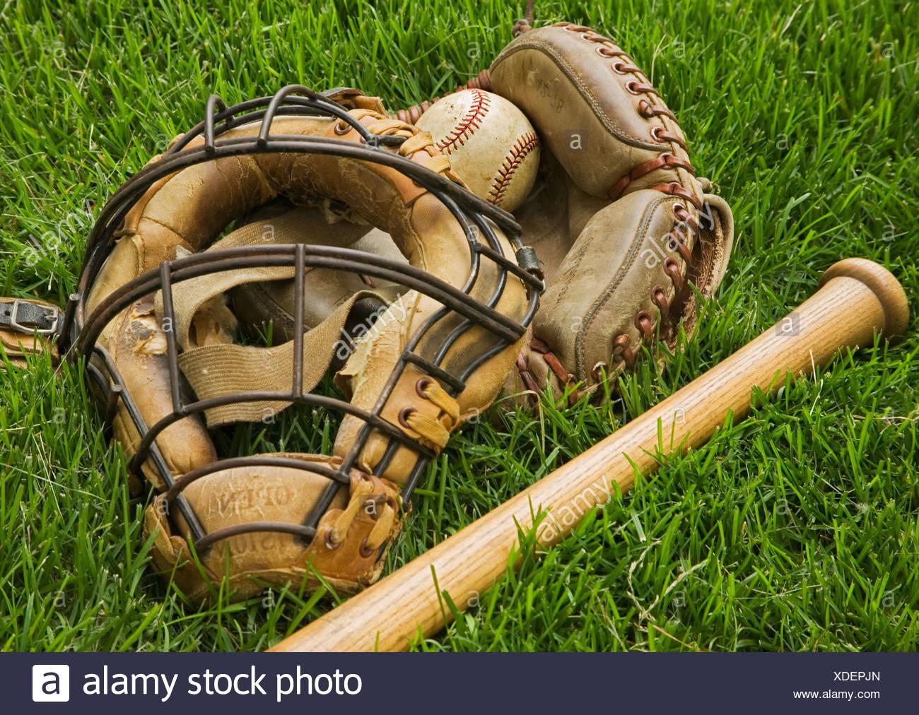 L'équipement de baseball à l'ancienne dans l'herbe Photo Stock